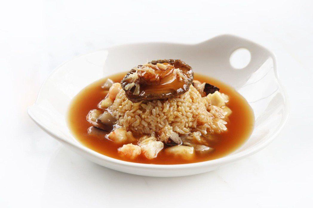 海皇鮑魚撈飯選用數世界珍貴品種之一的「南非鮑魚」與新鮮時令海鮮食材燴煮成濃郁燴汁...