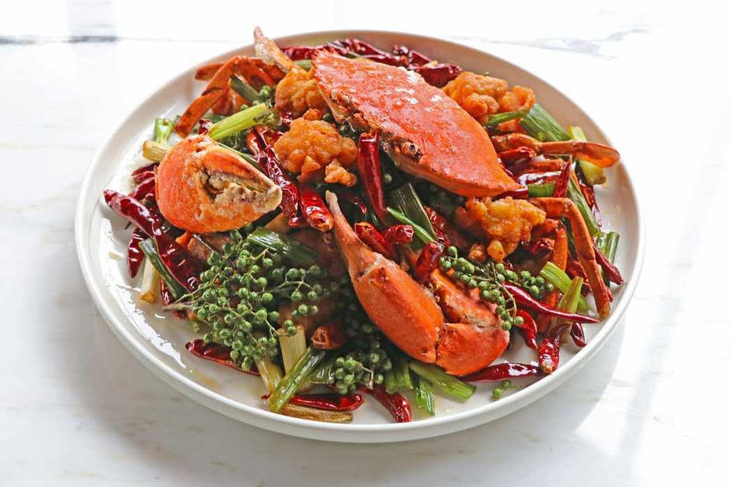 川味香辣脆蟹公選用時令鮮蟹食材,如肉質較結實及咬勁的沙公,先將沙公切塊放入高溫油...