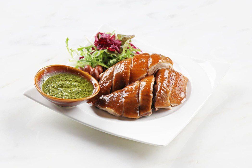 川麻青醬黃油雞選用帶有Q彈微脆口感的台灣產玉米成雞,浸泡在以廣式香料搭配中藥材的...