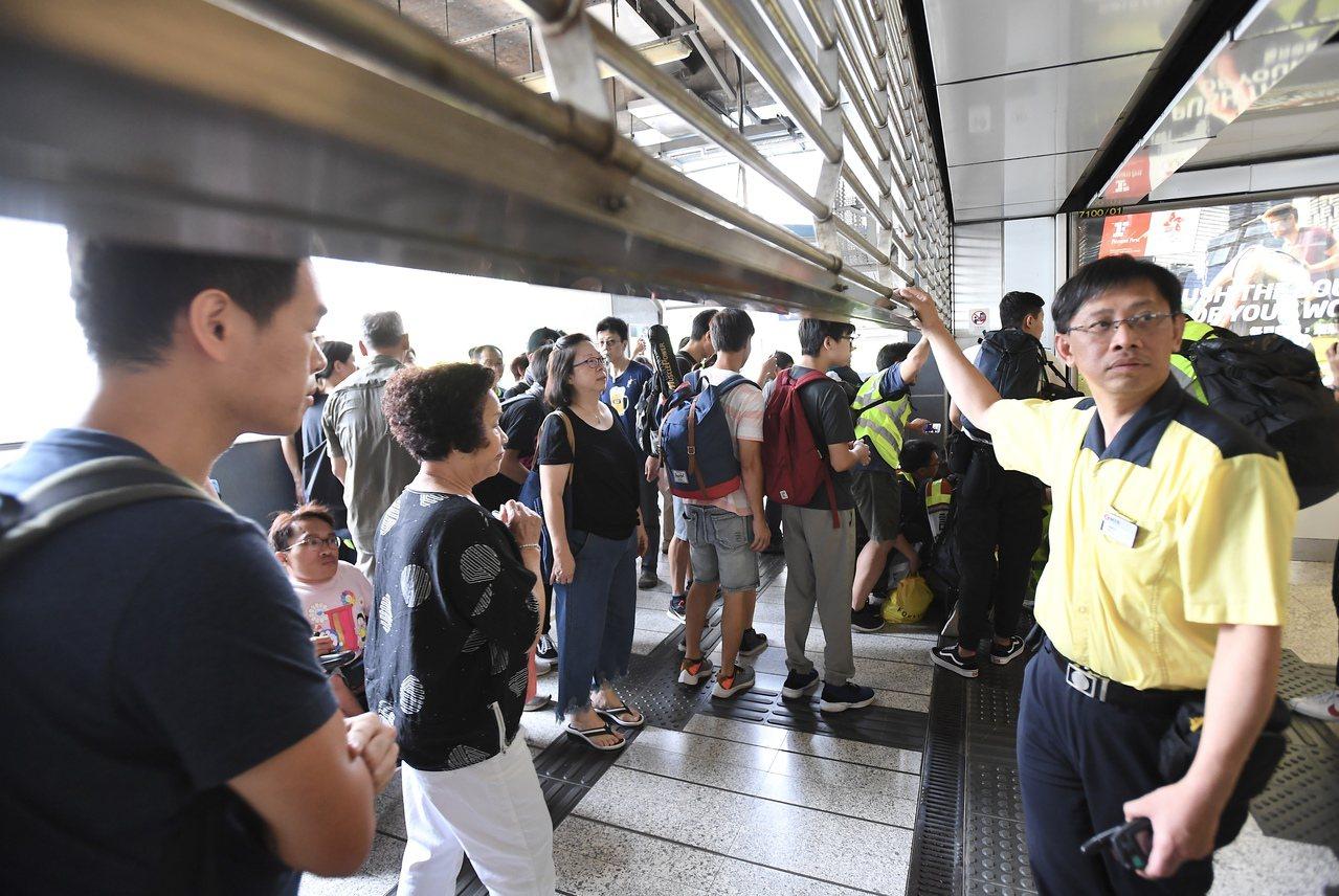港鐵7站停駛半日,市民轟安排不當。 香港中國通訊社