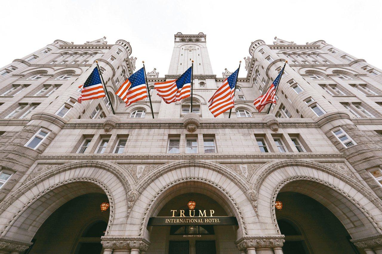 美國聯準會降息可讓川普每年省下至少300萬美元貸款利息。圖為華盛頓特區的川普酒店...