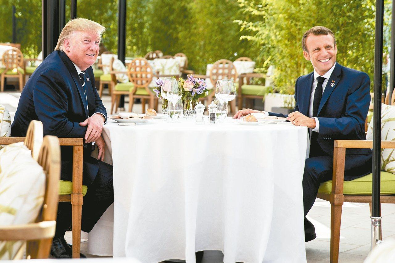 法國總統馬克宏(右)邀請美國總統川普在G7峰會前共進午餐。 路透
