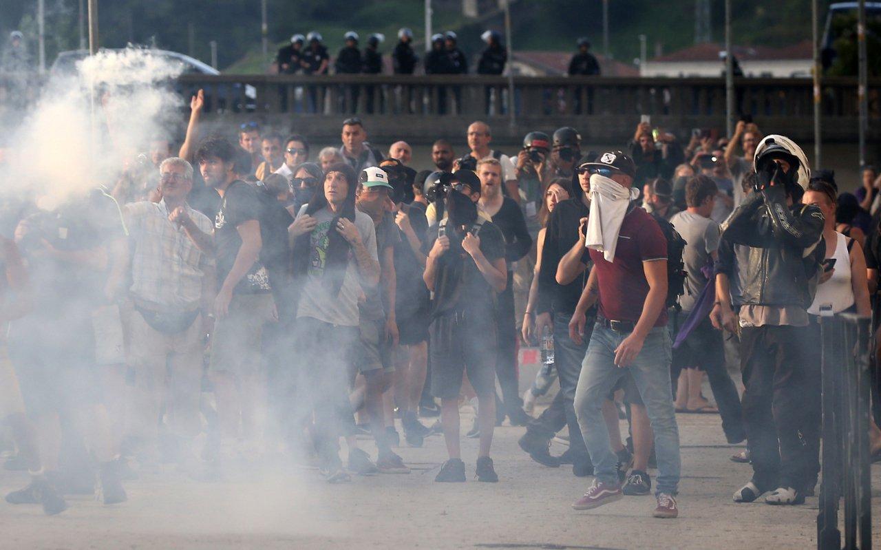 大批反G7人士在貝約納(Bayonne)參與示威抗議,遭警方以水柱和催淚彈驅離。...