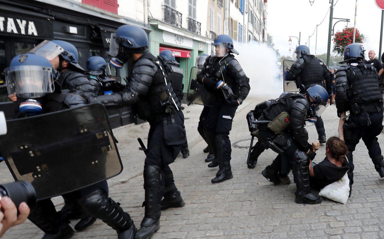 法國警方強勢驅離抗議的激進群眾。 歐新社