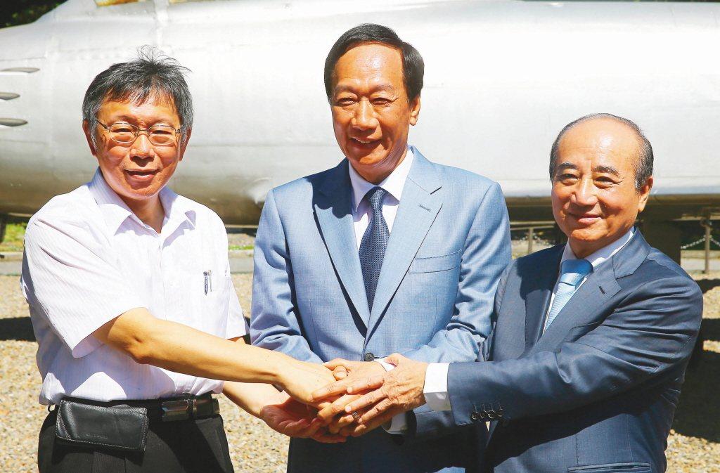 鴻海創辦人郭台銘(中)、台北市長柯文哲(左)、立法院前院長王金平(右)一同出席八...