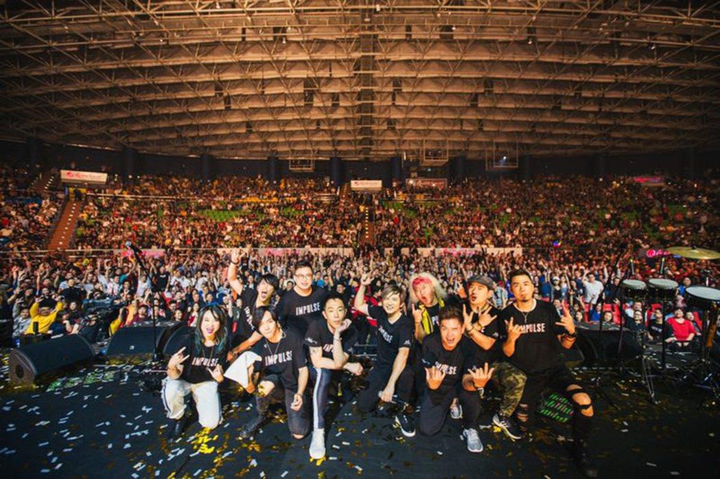 Beyond成員黃貫中與葉世榮24日晚在馬來西亞雲頂高原舉辦「衝動效應」演唱會,