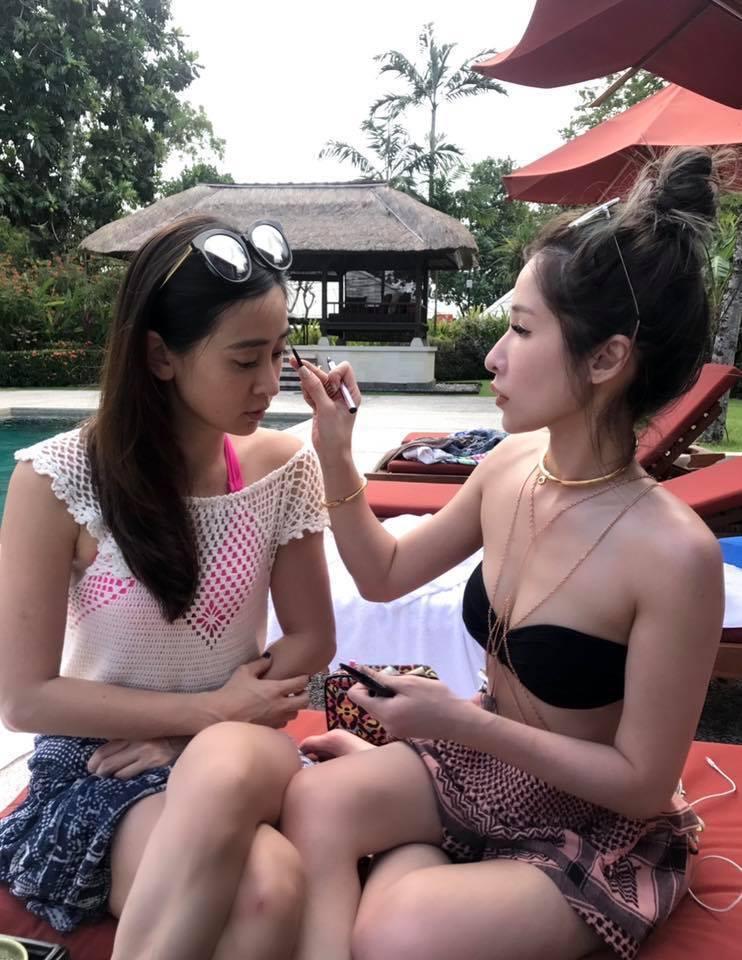 李晶晶(左)貼出蕭亞軒(右)幫她化妝的照片。 圖/擷自李晶晶臉書