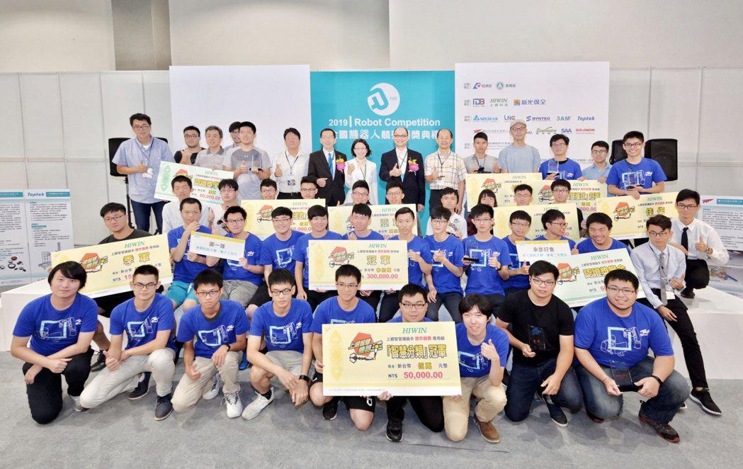 第十二屆上銀智慧機器手競賽得獎團隊合影。 智動協會/提供