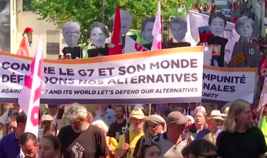 民眾在G7高峰會前夕上街遊行,提倡環保與反對全球化。(photo by 網路截圖...