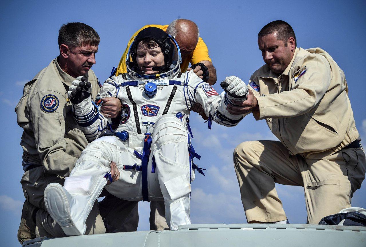 美籍太空人麥克林(圖中)因首起太空犯罪指控而接受調查。圖為她在2019年6月25...