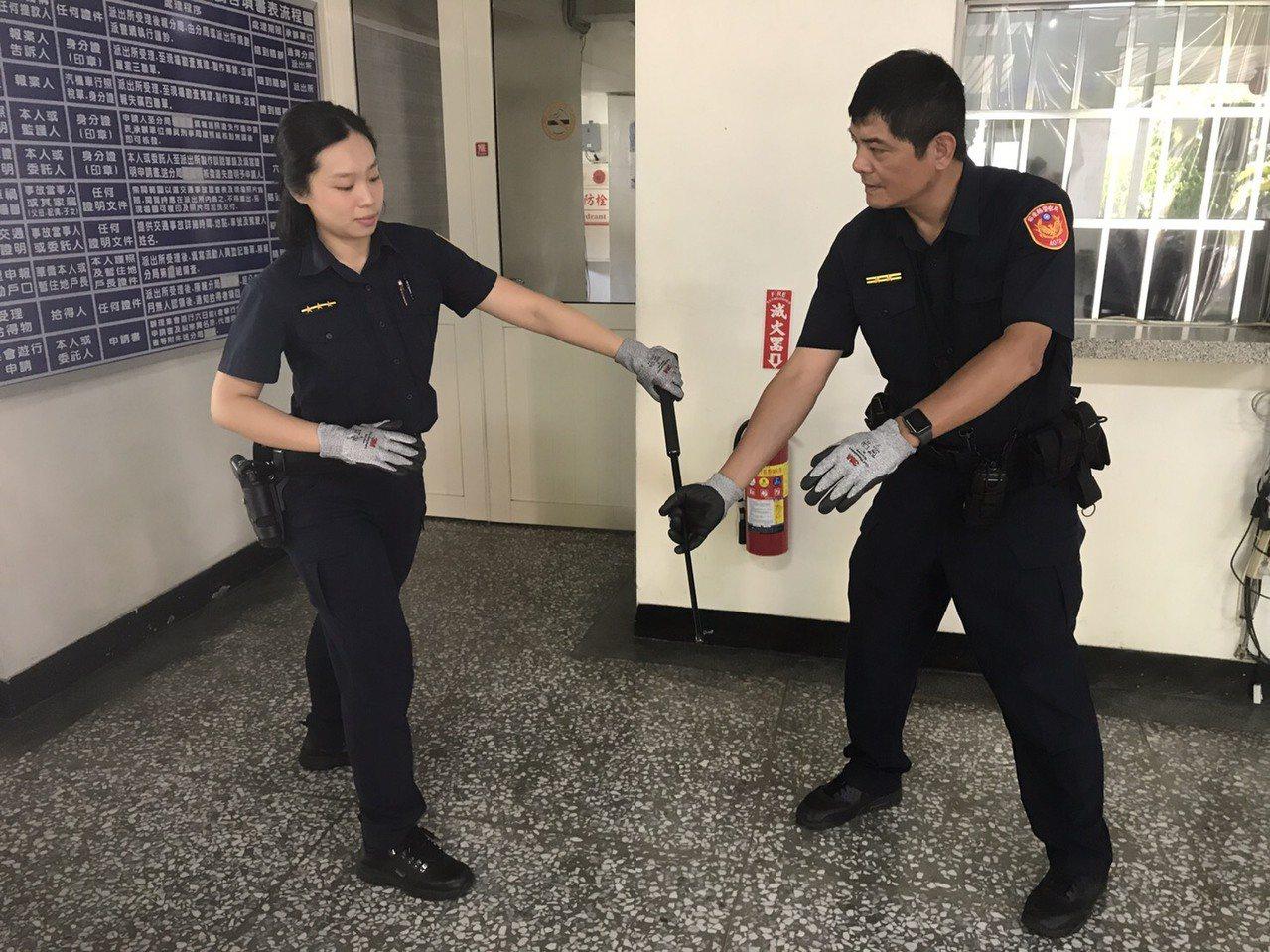 苗栗縣警局添購防割手套應勤裝備,提供執勤使用。圖/苗栗縣警局提供