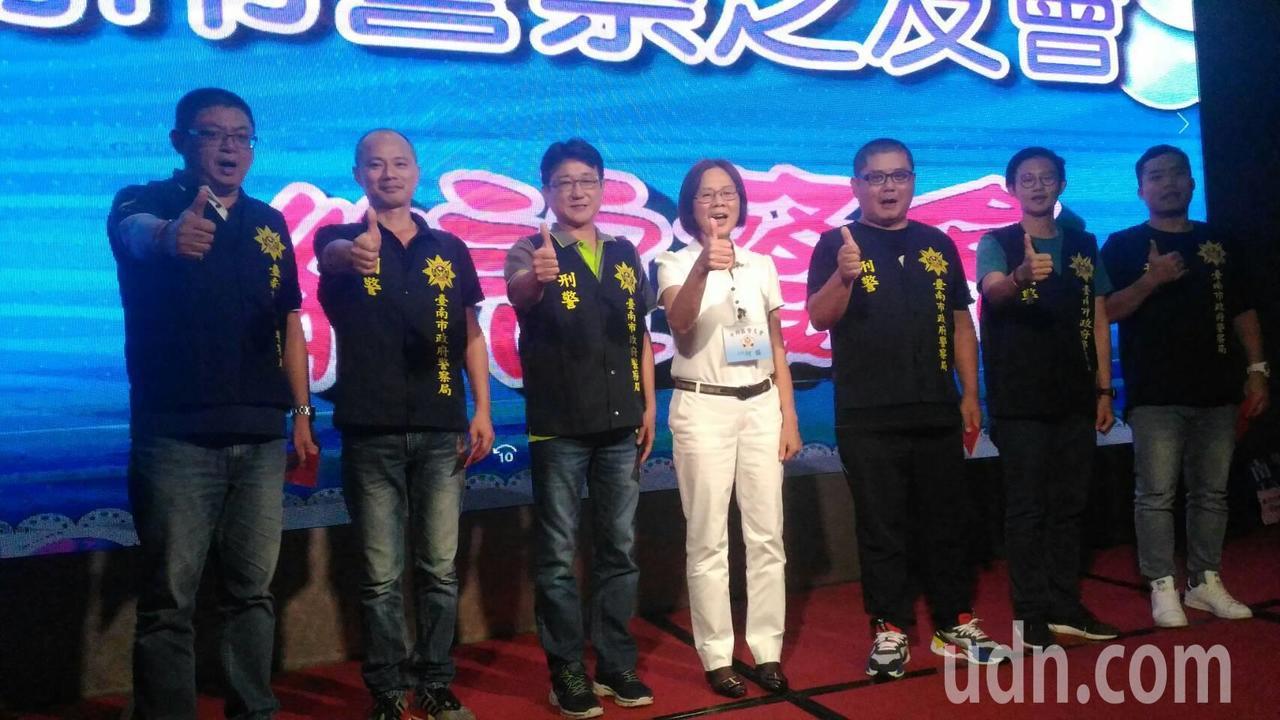 台南市警二分局偵查隊偵破刑案績優員警,榮獲台南警友會公開表揚。記者黃宣翰/攝影