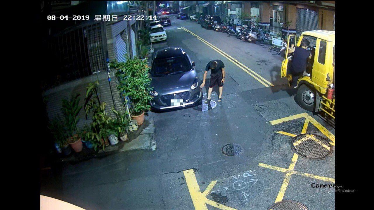 台中市胡姓男子在5日駕駛休旅車擦撞路旁轎車,胡下車對被撞車輛的凹現處徒手摩擦,意...