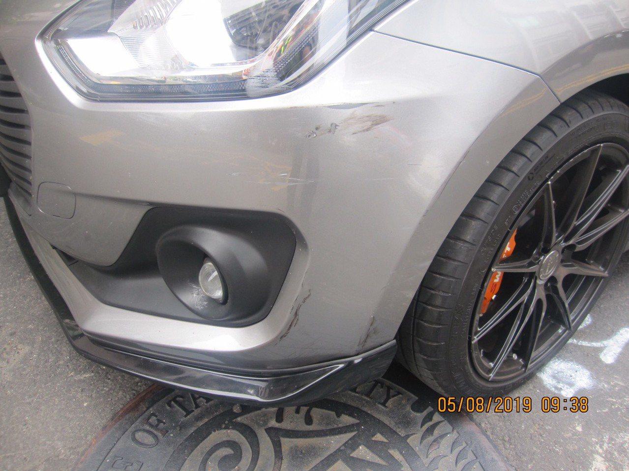 台中市胡姓男子在5日駕駛休旅車擦撞路旁轎車,被撞的轎車左前車側有明顯擦撞痕跡。記...