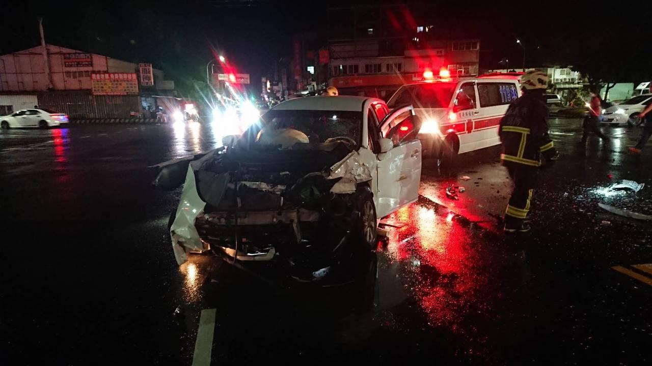 台電工程車趕赴火警現場時,與白色轎車發生車禍。記者李承穎/翻攝