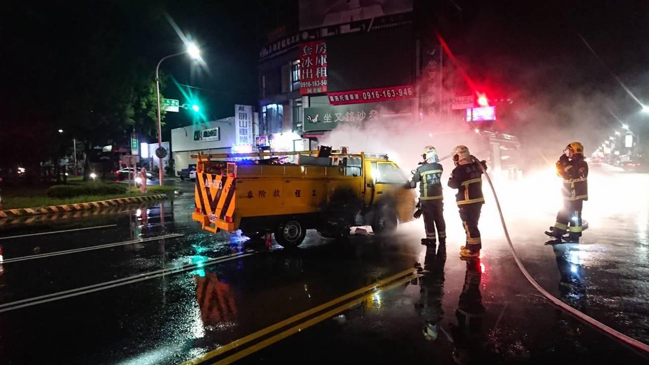 台電工程車趕赴火警現場時出車禍。記者李承穎/翻攝