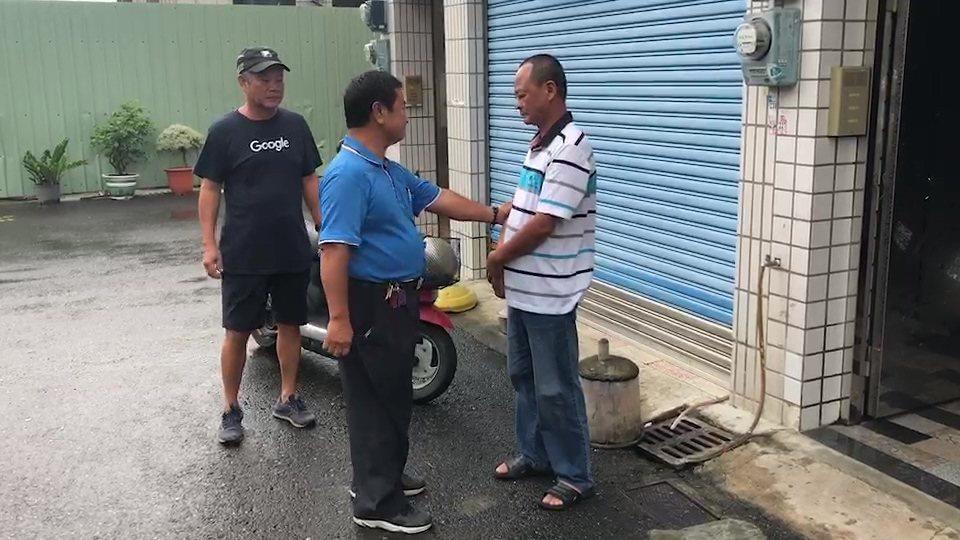 台南市19歲林姓青年被路樹壓倒不幸死亡,林父(右一)傷心難過,鄰居前往安慰。記者...