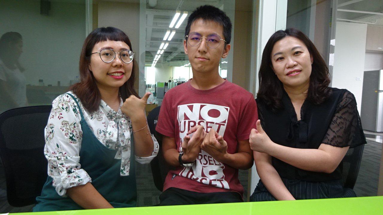 企業主管江素美(右)看到阿倫積極上進態度,樂意助他立穩腳步。圖/台中市勞工局提供