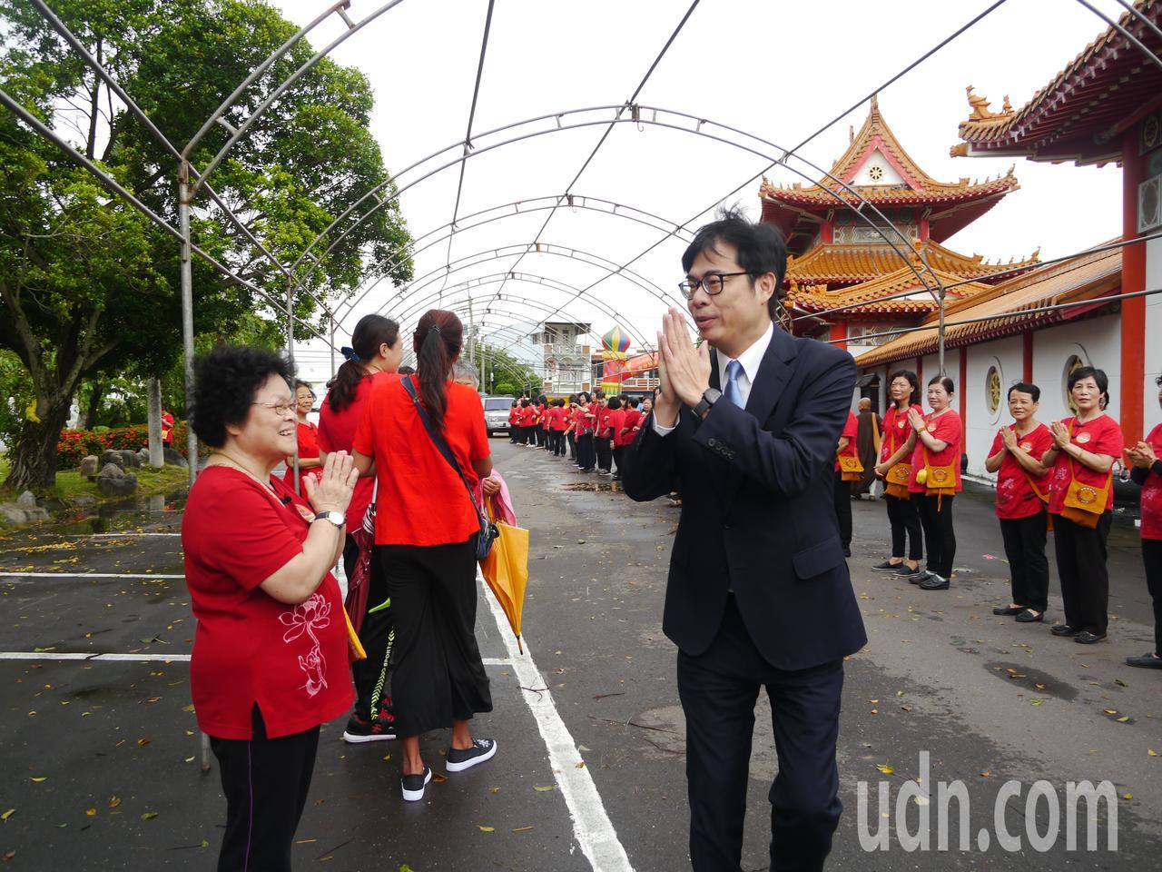 行政院副院長陳其邁參加高雄光德寺祈福法會。記者徐白櫻/攝影