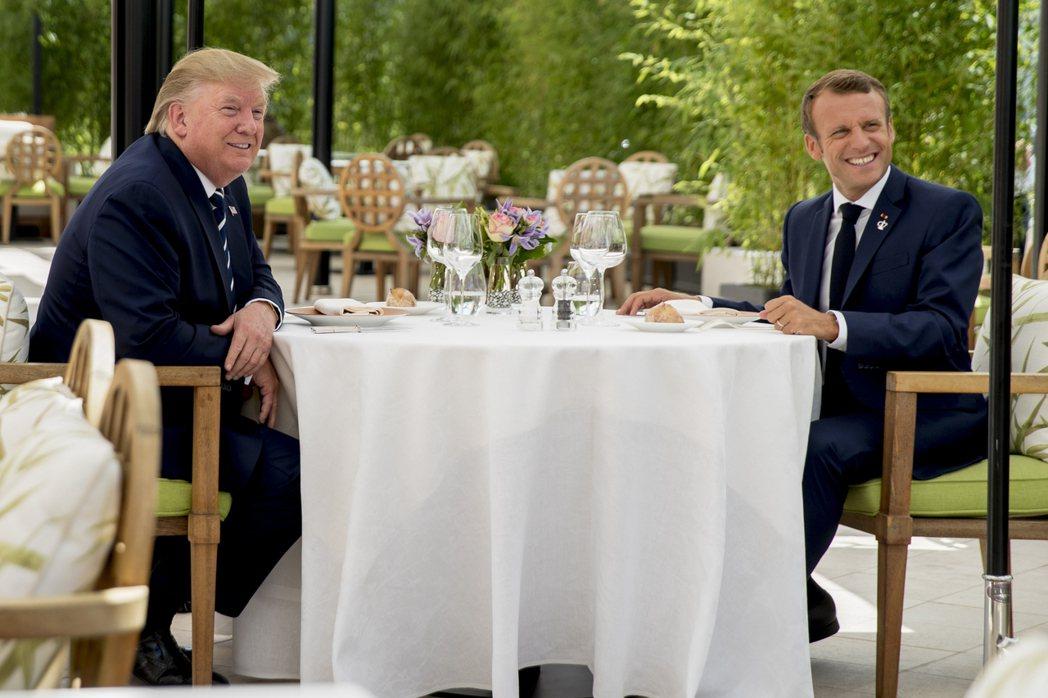 法國總統馬克宏(右)邀請美國總統川普在G7峰會前共進午餐。路透