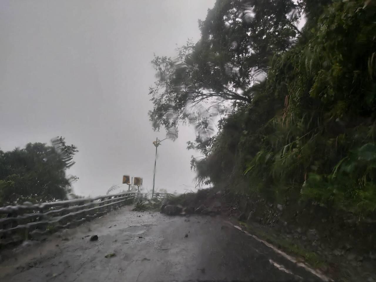花蓮知名赤科山道路被土石阻斷,邊坡的樹木也搖搖欲墜。圖/民眾提供