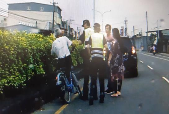 81歲程姓老翁(左)失智騎單車在車陣中。圖/警方提供