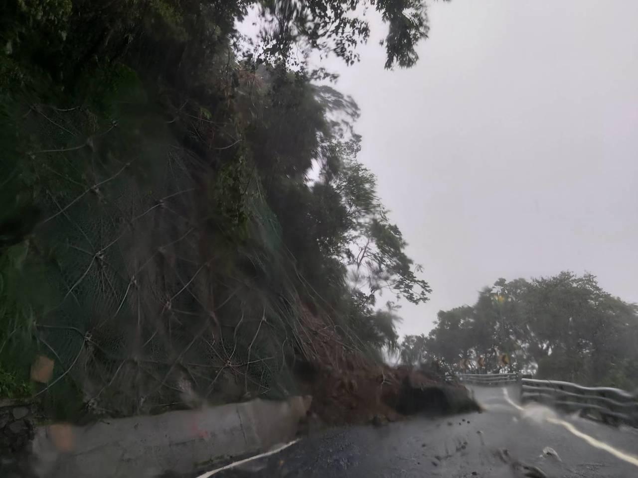 白鹿颱風帶來雨勢不斷,花蓮境內有2省道、5縣道及5座橋樑封閉,圖為赤科山道路被土...
