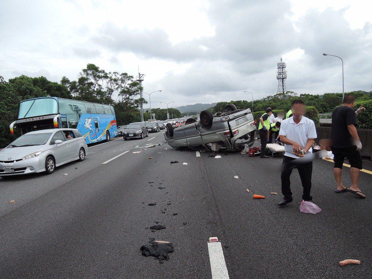 國道3號南下90.3K,新竹縣關西往寶山路段,今天早上9點發生一輛銀色廂型車左後輪爆胎,整輛翻覆於高速中路的中、內側車道。記者郭政芬/翻攝