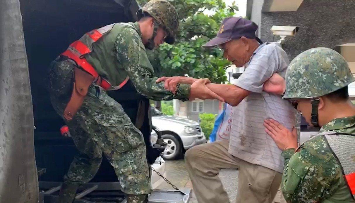 山區雨勢漸停,國軍協助高雄市杉林區居民返家。圖/第四作戰區提供