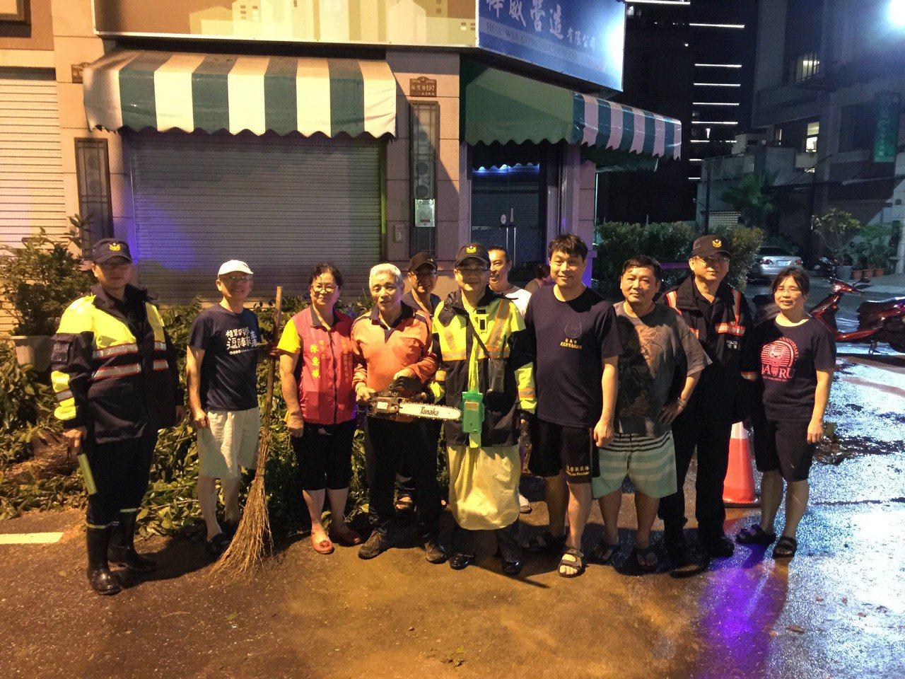 白鹿颱風來襲,台南市東區警民合作迅速清理倒塌路樹。記者黃宣翰/翻攝