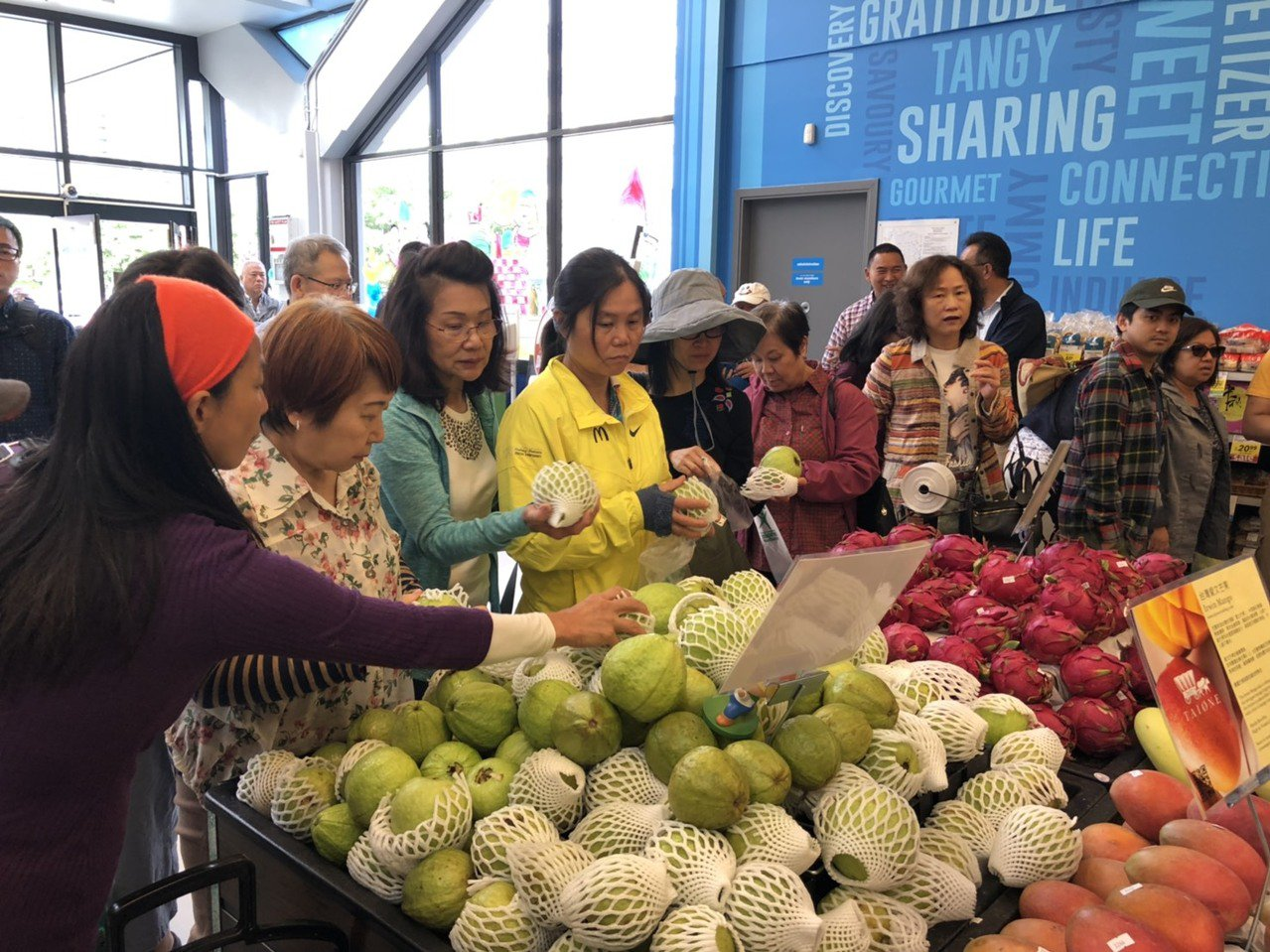 高雄熱季盛產的水果,今年持續在加拿大開賣,為吸引位在溫哥華的消費者多選購高雄水果...