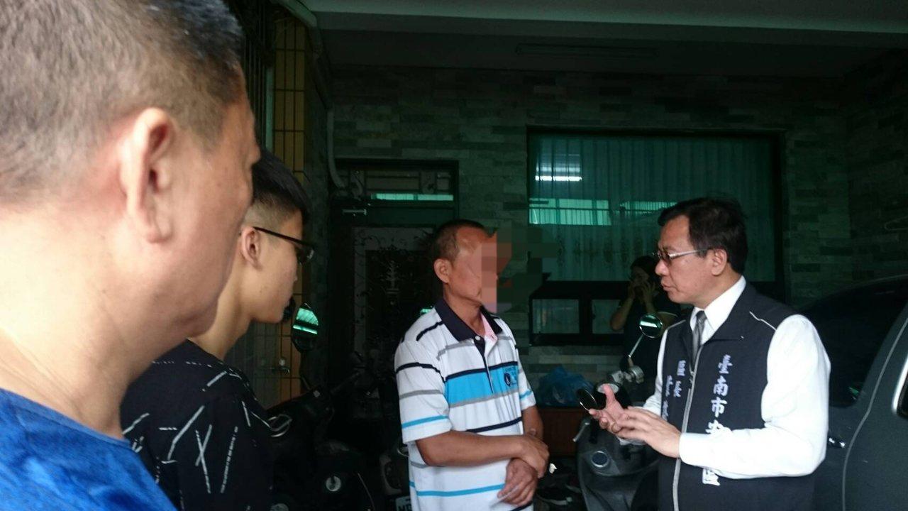 白鹿襲台南造成機車騎士不治,安南區長葉誌明今天前往家屬家中慰問。圖/市府提供