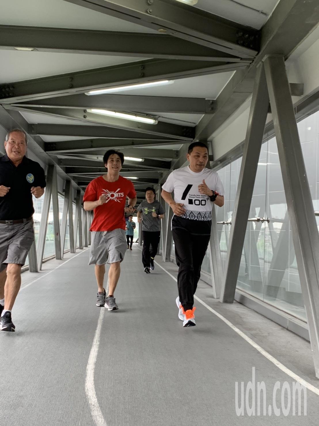 侯友宜今天上午到新莊國民運動中心室內跑道晨跑,一連跑了3380公尺。記者張曼蘋/...