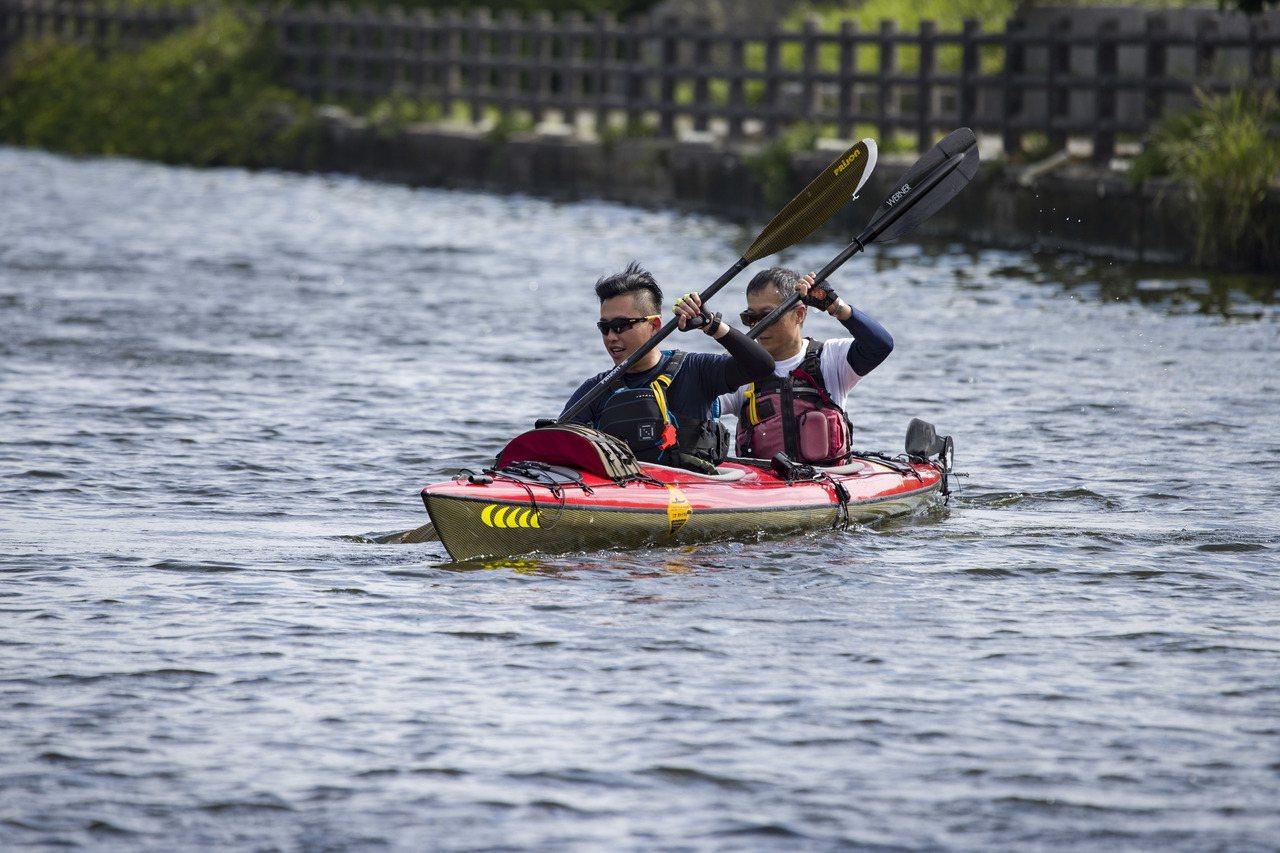 新市府日前於港南運河公園試辦獨木舟體驗活動,吸引許多民眾同樂,城市行銷處未來將不...