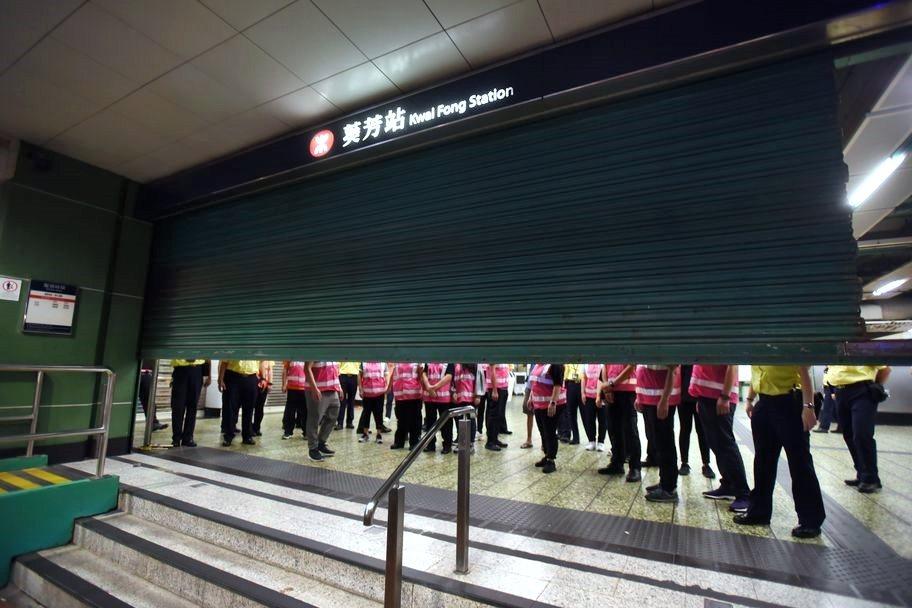下午1時半起,港鐵葵芳站暫時關閉。取自星島網