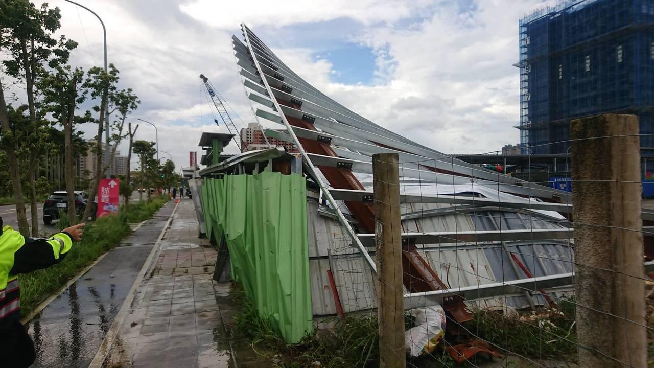 黃姓業者見招牌遭颱風吹落還砸中車子,主動聯絡警方表示要賠償車主。記者柯毓庭/翻攝