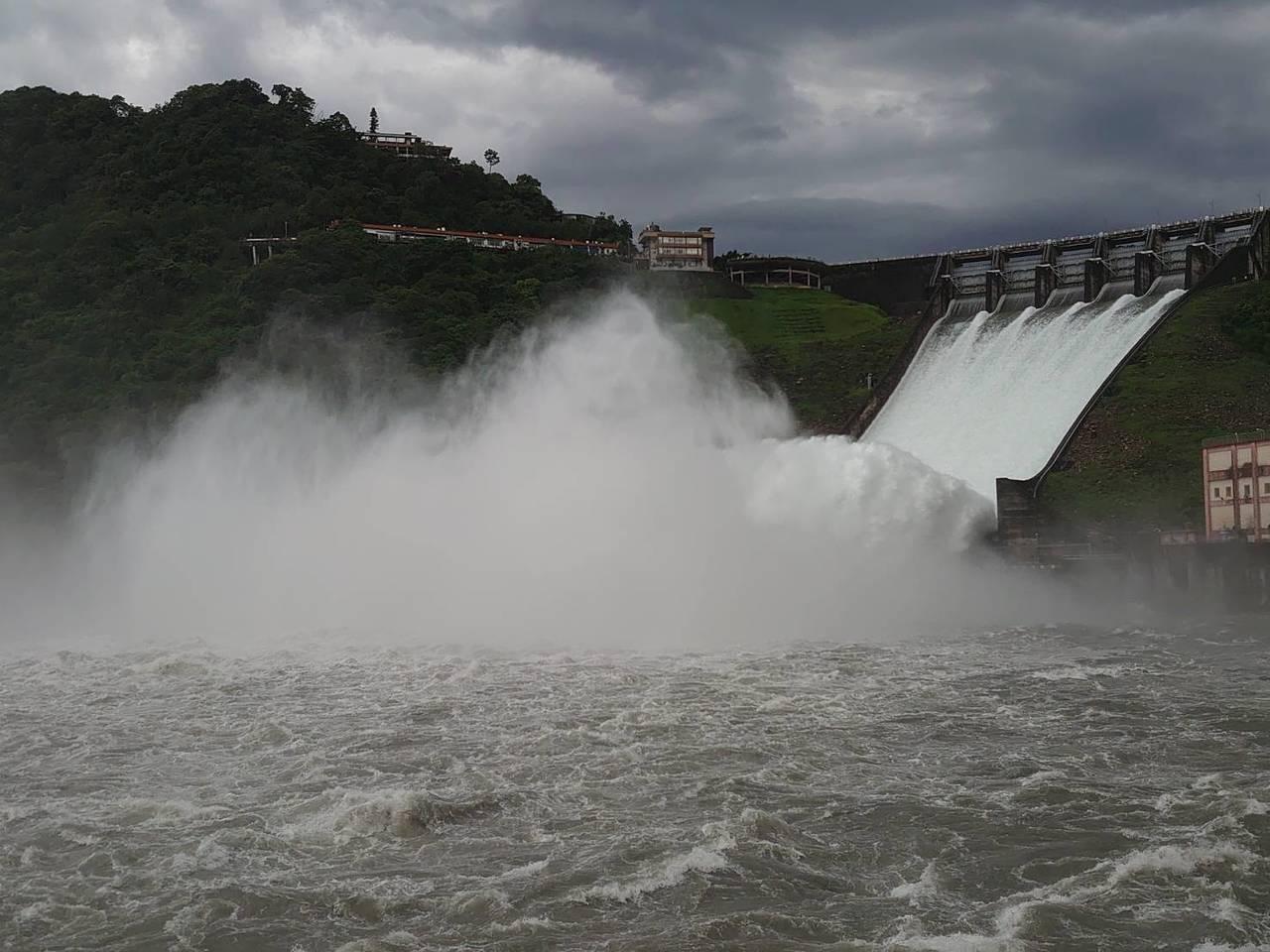 水庫排洪大部分的水流入大漢溪,少部分會提供中庄調整池、鳶山堰儲滿水。圖/北區水資...