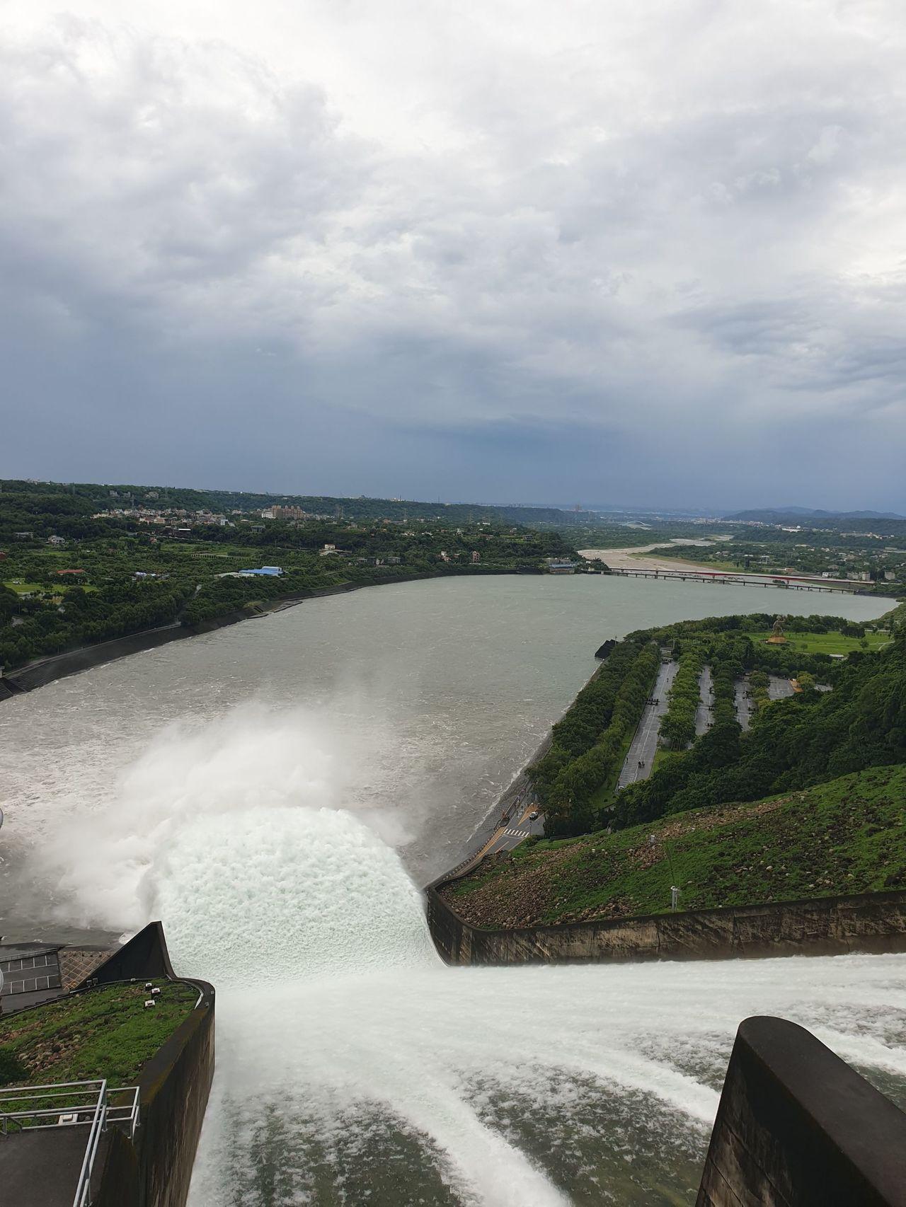 石門水庫在利奇馬颱風來襲時從壩頂排洪相當壯觀。圖/北區水資源局提供