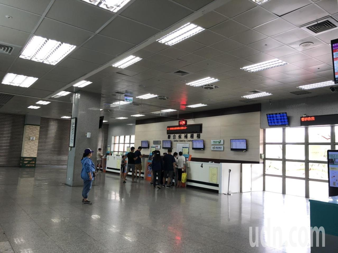 受白鹿颱風影響,金門上午的班機都全部取消,機場只有數十位提前到場填候補的旅客。記...