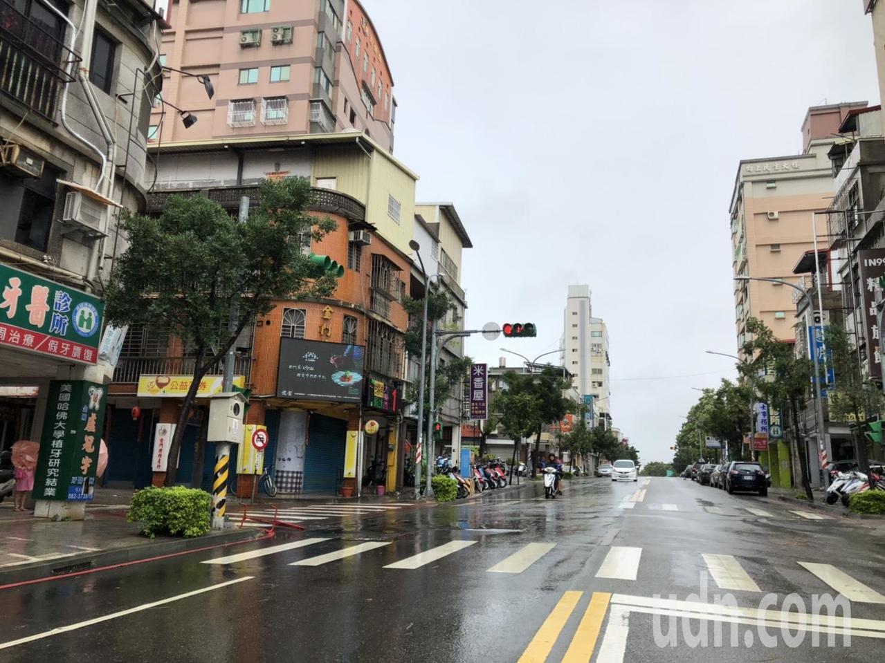 受白鹿颱風影響,金門上午公車停駛,外出民眾也減少,最熱鬧的民生路也難得出現冷清。...