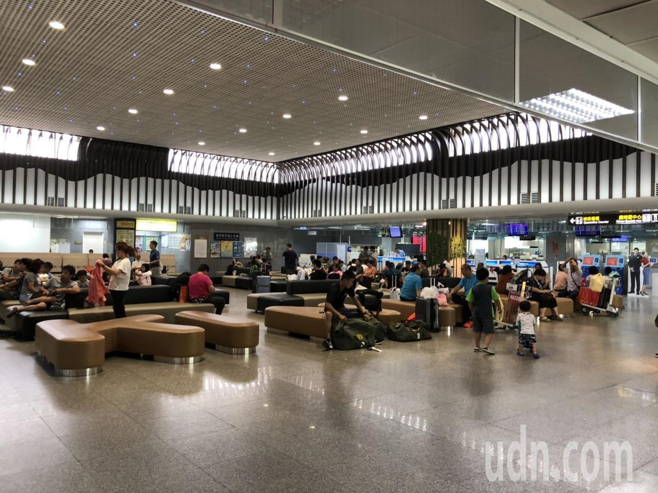 白鹿颱風「攪局」,連帶的金門的交通整個大亂,尚義機場接近中午時已陸續湧現搭機旅客...