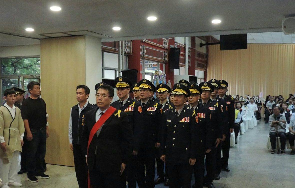 小隊長方俊欽辭世,台南市長黃偉哲和地方人士到場弔唁,場面哀戚。記者黃宣翰/翻攝