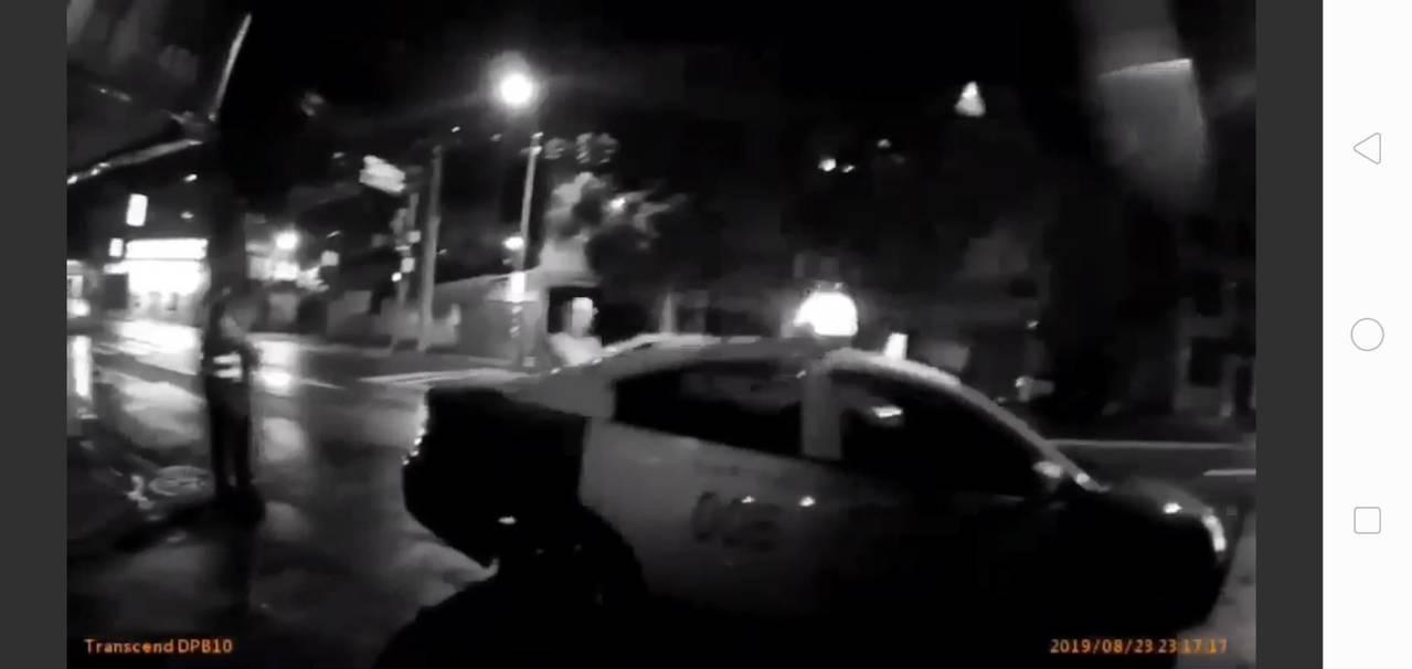 台北市警方攔阻並對涉嫌衝撞警察車輛開槍。記者廖炳棋/翻攝
