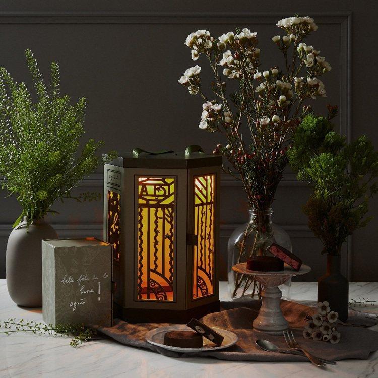 agnès b. CAFÉ燈籠禮盒的圖樣靈感源自agnès b.法國總部大門花紋...