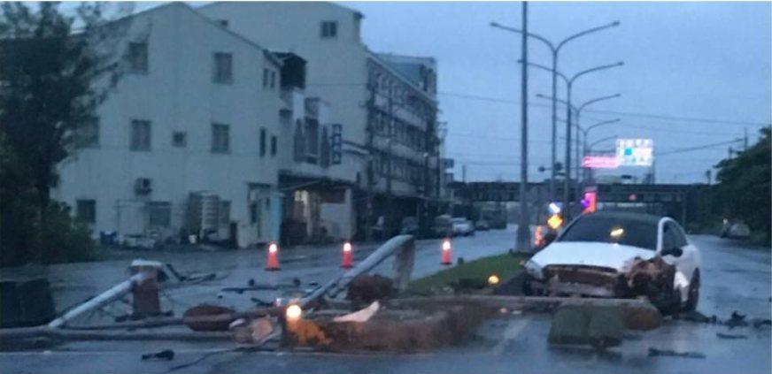 台南市王姓男子在七股區開車自撞,現場一片狼籍。記者謝進盛/翻攝
