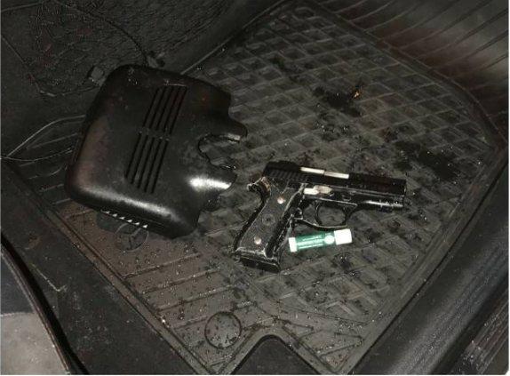 警方在肇事副駕駛座下發現改造槍彈。記者謝進盛/翻攝