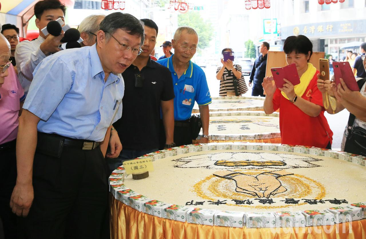 台北市長柯文哲參加中元普渡祈安祭典,讚嘆文創展現。記者潘俊宏/攝影