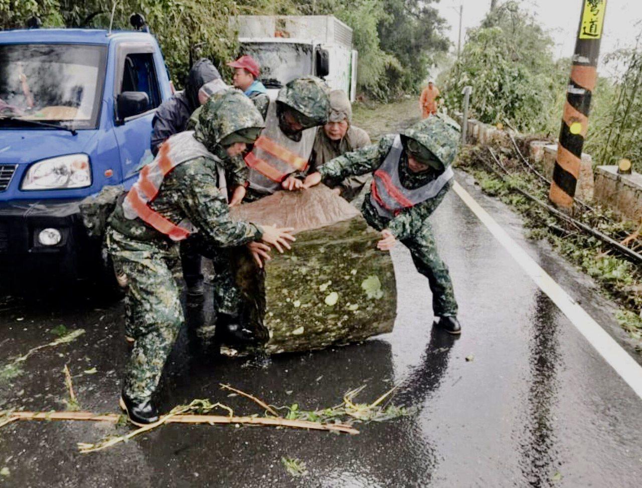 第二作戰區指出,部隊針對淹水區域計花蓮縣豐濱鄉等14處,依縣府提出需求由各災防分...