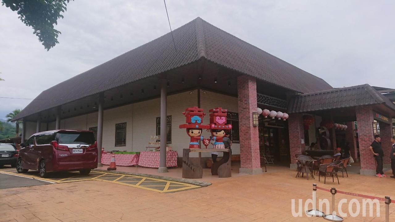苗栗縣卓蘭鎮江記永安喜餅旗艦店就在台3線旁,人氣強強滾。記者范榮達/攝影