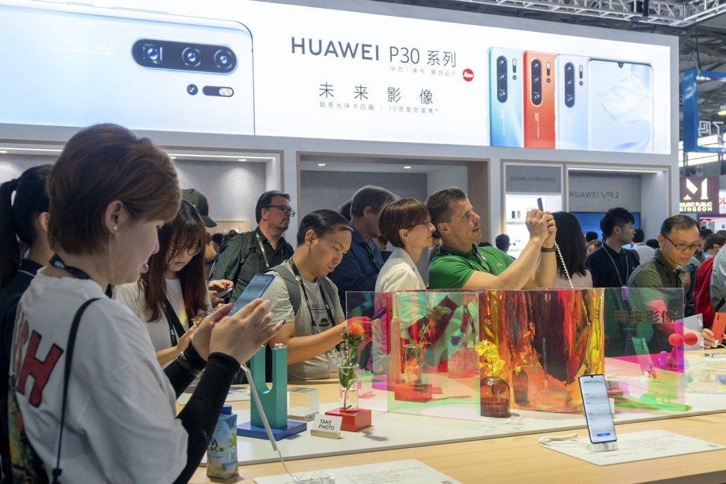 紐約時報指出,美國總統川普下令美國企業撤出中國,但中國成長中的消費者市場,讓許多...
